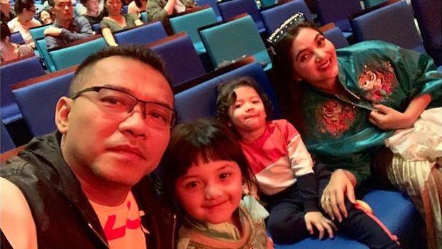 Ashanty dan Anang saat liburan bersama kedua anaknya