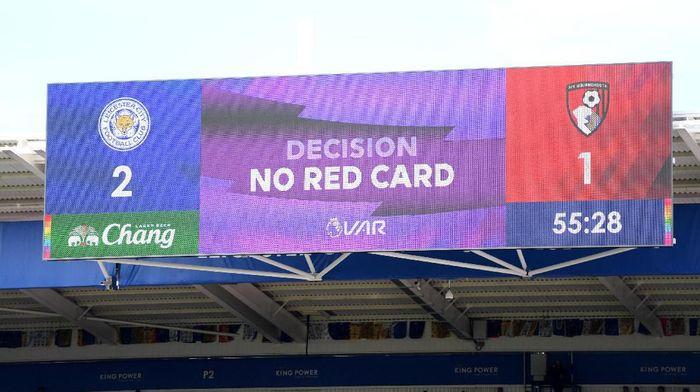 Ada empat kesalahan VAR di Liga Inggris sejauh ini. (Foto: Ross Kinnaird/Getty Images)