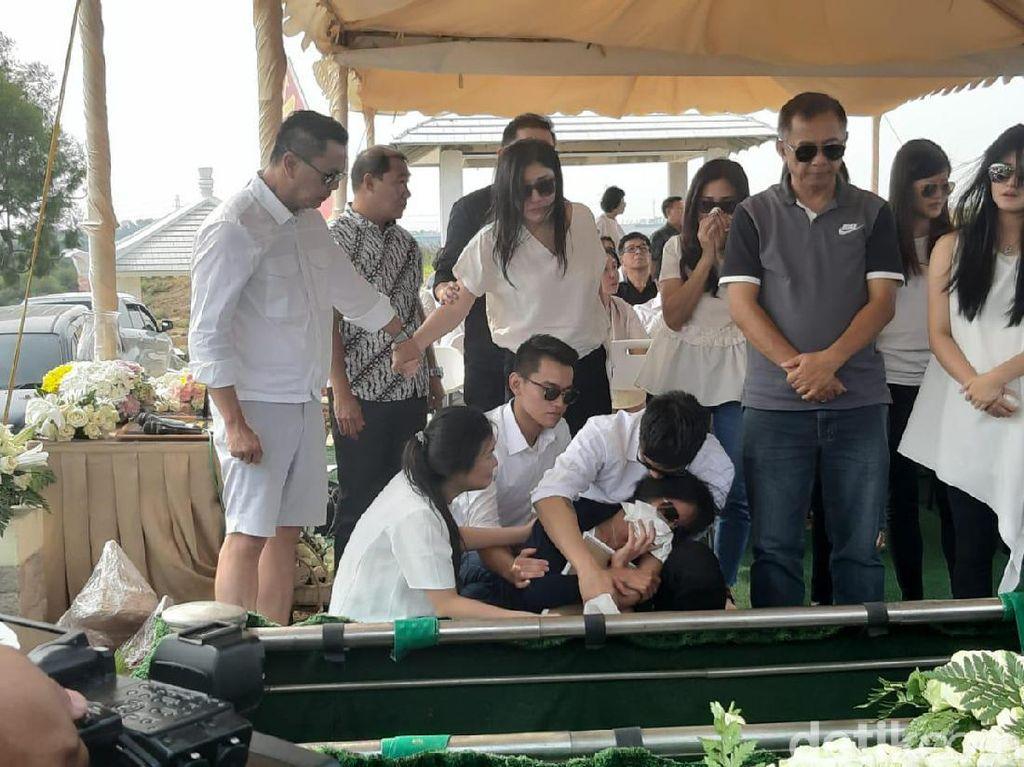 Harunya Pemakaman Adik Boy William di San Diego Hills