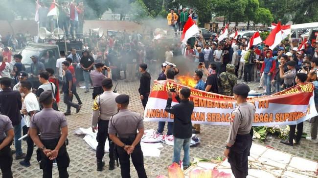 Demo Ricuh di KPK, Massa Bakar Karangan Bunga dan Copot Kain Hitam