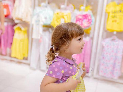 Mudah Diterapkan, Cara Membuat Anak Mau Pakai Baju Sendiri