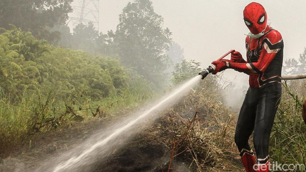 Superhero Bantu Padamkan Kebakaran Hutan di Riau