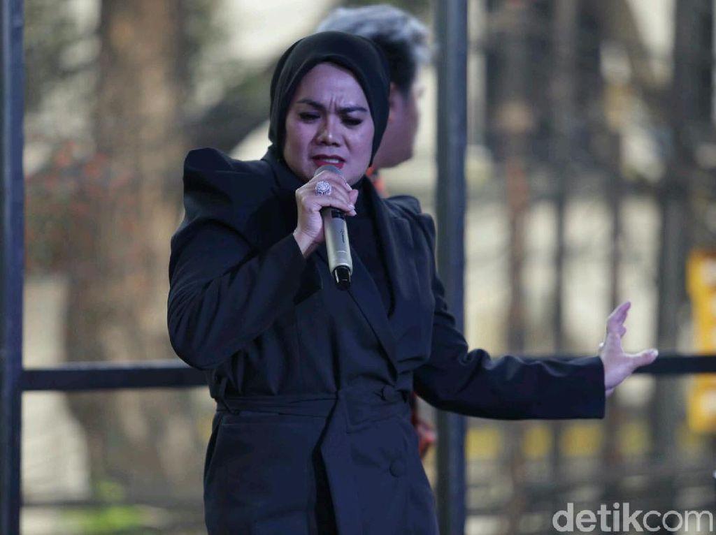 Sarita Abdul Mukti Bikin Lagu untuk Sindir Mantan Suami?