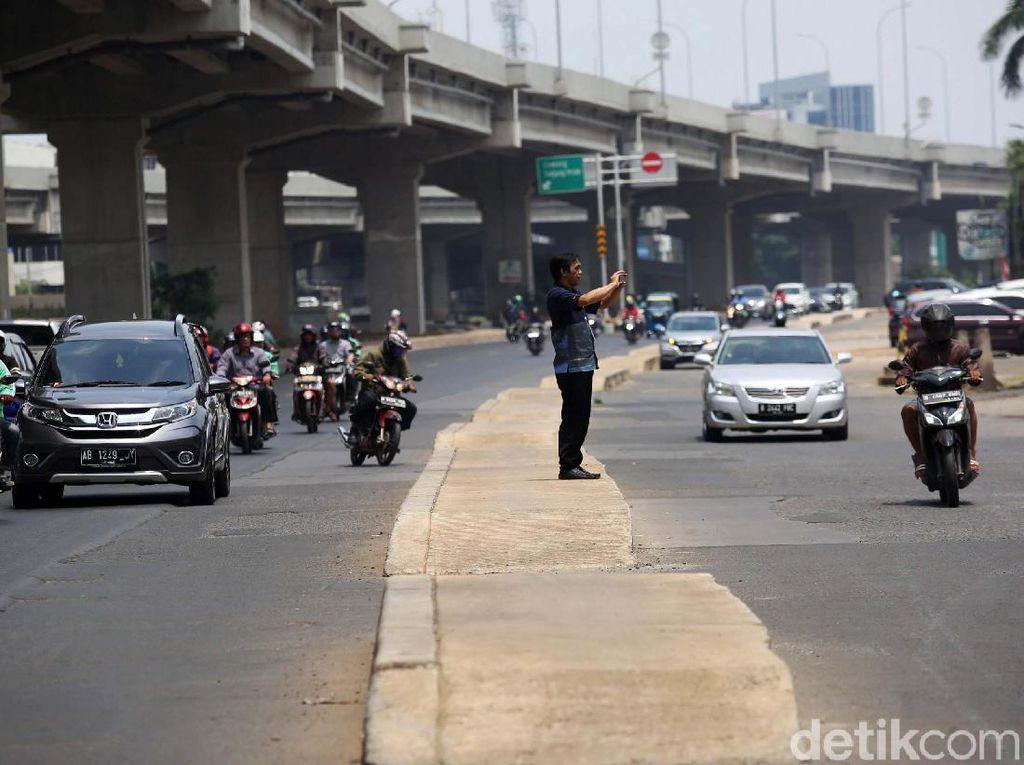 Trotoar di Tengah Jalan Kalimalang, Walkot: Jika Membahayakan Besok Dibongkar
