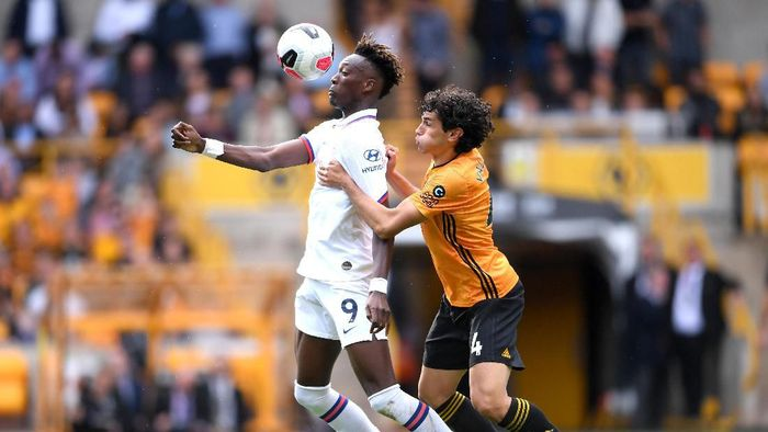 WOLVERHAMPTON, ENGLAND - SEPTEMBER 14: Tammy Abraham of Chelsea is challenged by Jesus Vallejo of Wolverhampton Wanderers during the Premier League match between Wolverhampton Wanderers and Chelsea FC at Molineux on September 14, 2019 in Wolverhampton, United Kingdom. (Photo by Laurence Griffiths/Getty Images)