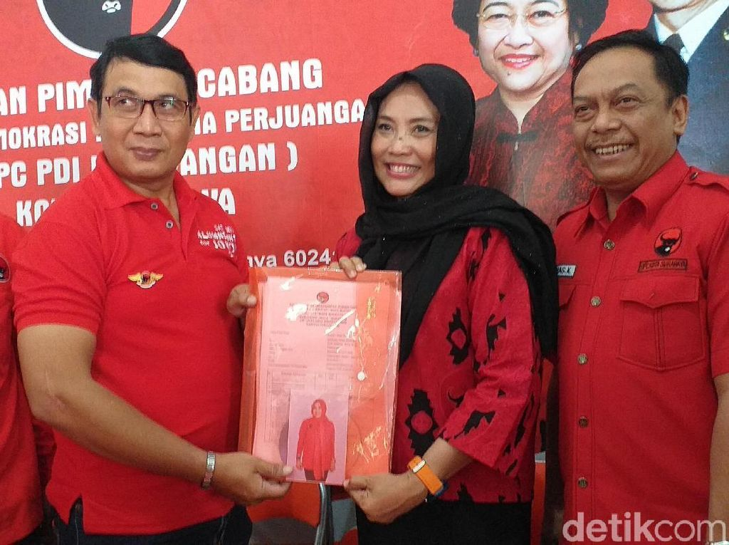 Giliran Dyah Katarina Kembalikan Formulir Bacawali Surabaya ke PDIP