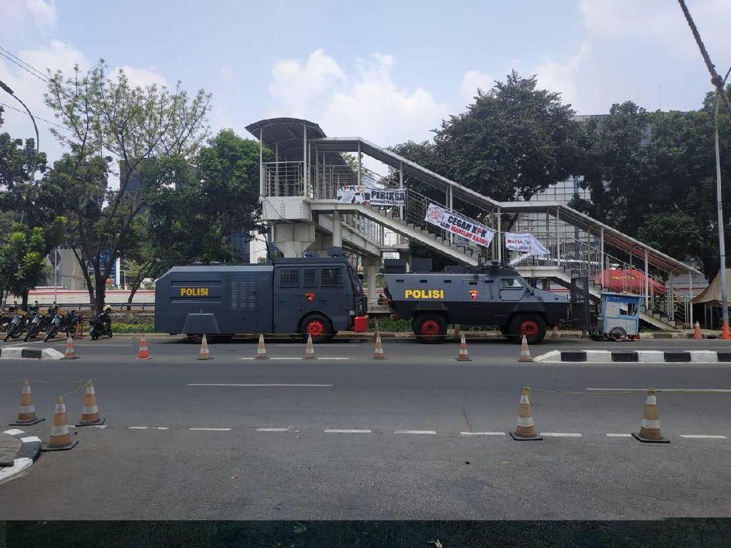 Water Cannon-Barracuda Disiagakan Usai Ricuh Demo di Gedung KPK