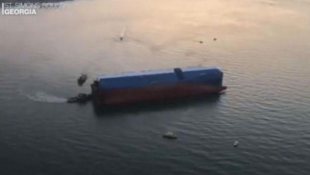 Kapal Pengangkut 4.000 Mobil Terbalik