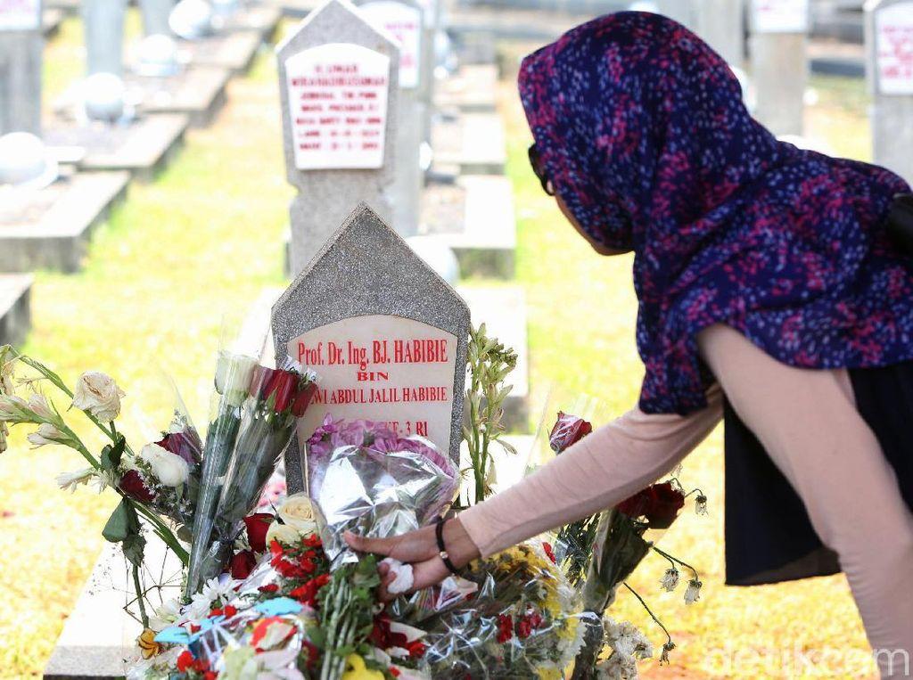 Makam BJ Habibie Ramai Peziarah