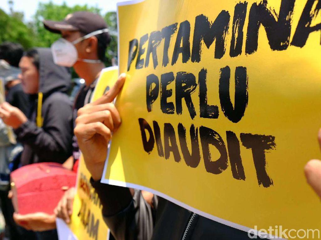 Terkait Pencemaran Minyak, Massa Geruduk DPRD Karawang