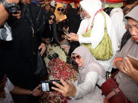 Viral Foto Selfie di Makam Habibie, Simak 7 Adab Ziarah Kubur