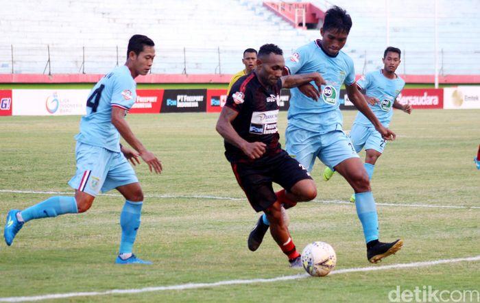 Pertandingan digelar di Stadion Gelora Delta, Sidoarjo, Minggu (15/9/2019), Persipura tampil menekan Persela. Peluang pertama hadir di menit ke-18 lewat Mamadou Samassa.