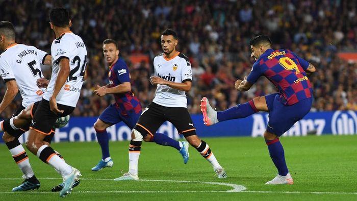 Luis Suarez mencetak dua gol dalam kemenangan Barcelona 5-2 atas Valencia. (Foto: Alex Caparros/Getty Images)