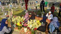 Diimbau Tak Selfie di Makam BJ Habibie, Ini Kata Para Peziarah
