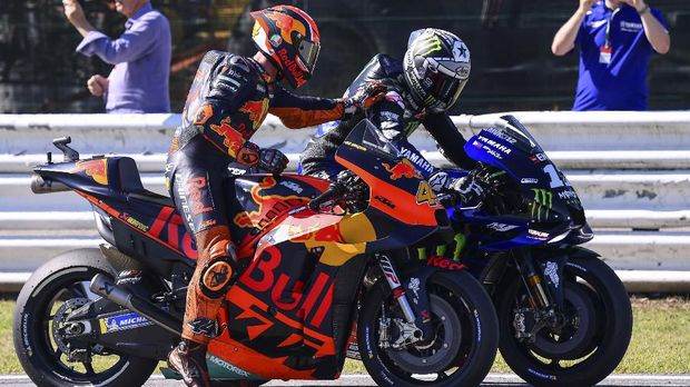 Red Bull KTM Factory Racing Spanish rider, Pol Espargaro (L) congratulates Monster Energy Yamaha Spanish rider, Maverick Vinales after the Q2 qualifying session ahead of the San Marino MotoGP Grand Prix race at the Misano World Circuit Marco Simoncelli on September 14, 2019. (Photo by Marco Bertorello / AFP)