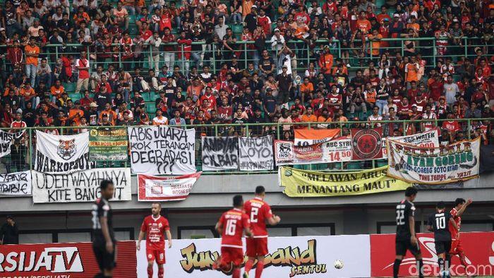 Ada-ada saja yang dilakukan Supporter dalam mengungkapkan rasa lewat spanduk nyeleneh di Stadion dalam lanjutan Liga 1. Persija Jakarta menjamu PSIS Semarang dengan hasil akhir 2-1.