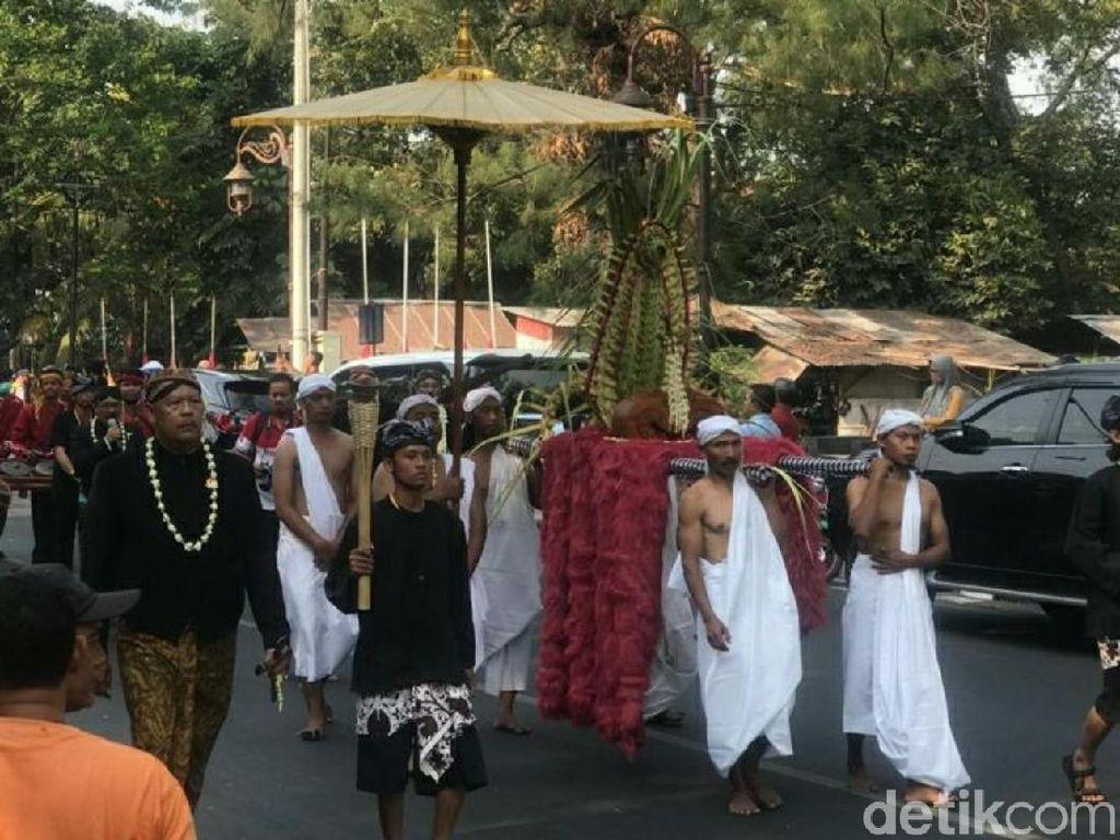 Pusaka Jokowi Ikut Kirab 1001 Keris di Solo