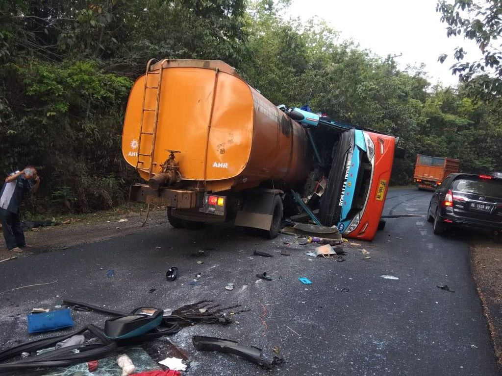 Video Adu Banteng Bus Rosalia Vs Truk Tangki, 8 Orang Meninggal