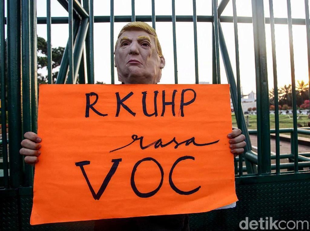 Wow! Ada Donald Trump Ikut Demo Tolak RKUHP di DPR