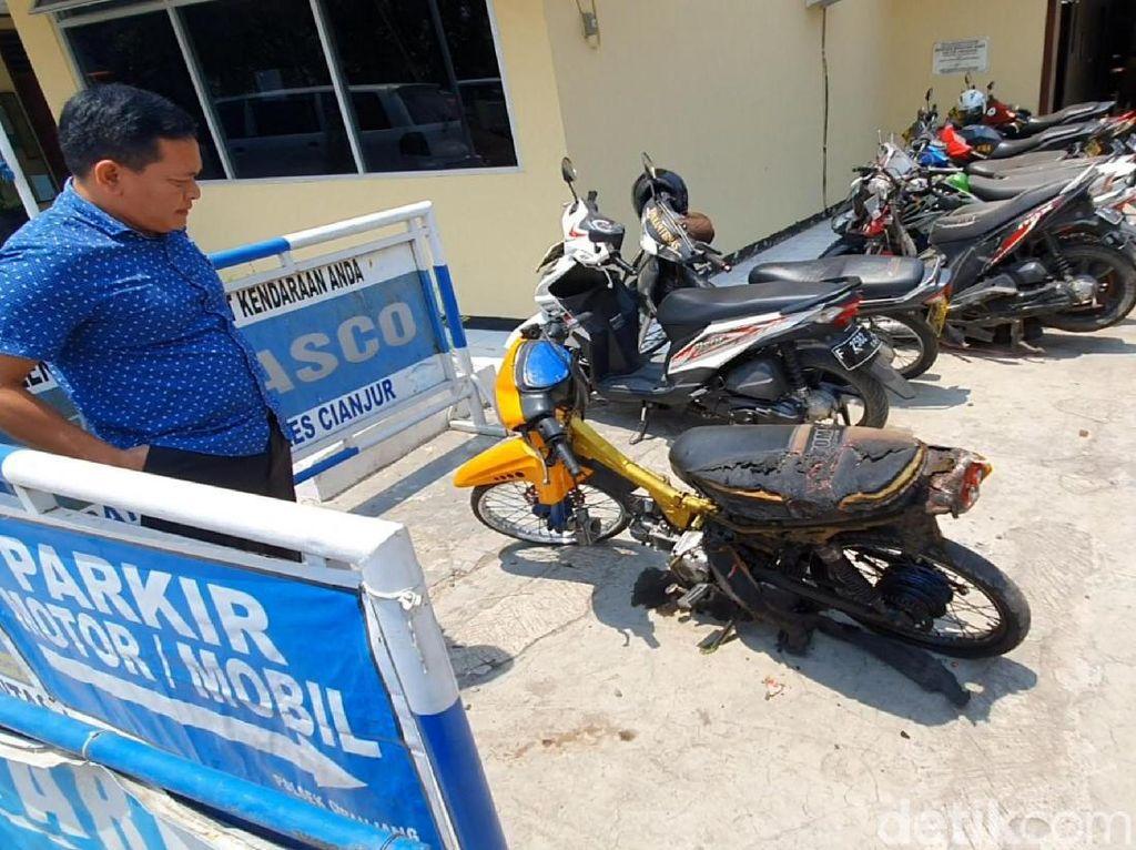 FOTO: Pemuda Cianjur Bakar Motornya Karena Nggak Terima Ditilang