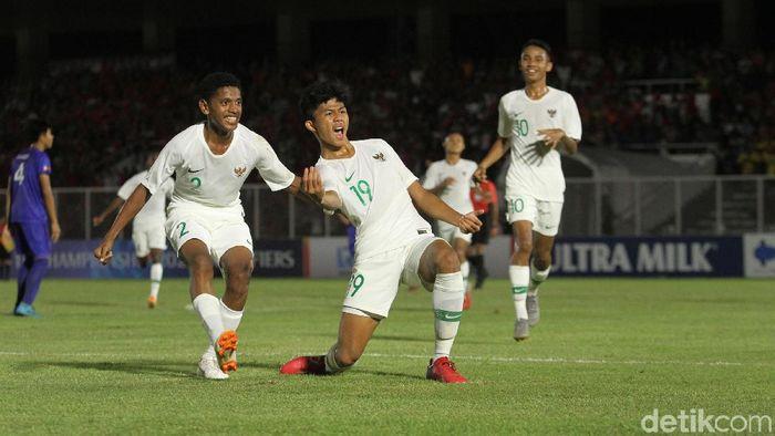 Striker Timnas Indonesia U-16 Ahmad Athallah Araihan (tengah) merayakan golnya ke gawang Filipina di Kualifikasi Piala Asia U-16 2020 di Stadion Madya, Senin (16/9). (Foto: Rifkianto Nugroho/detikSport)