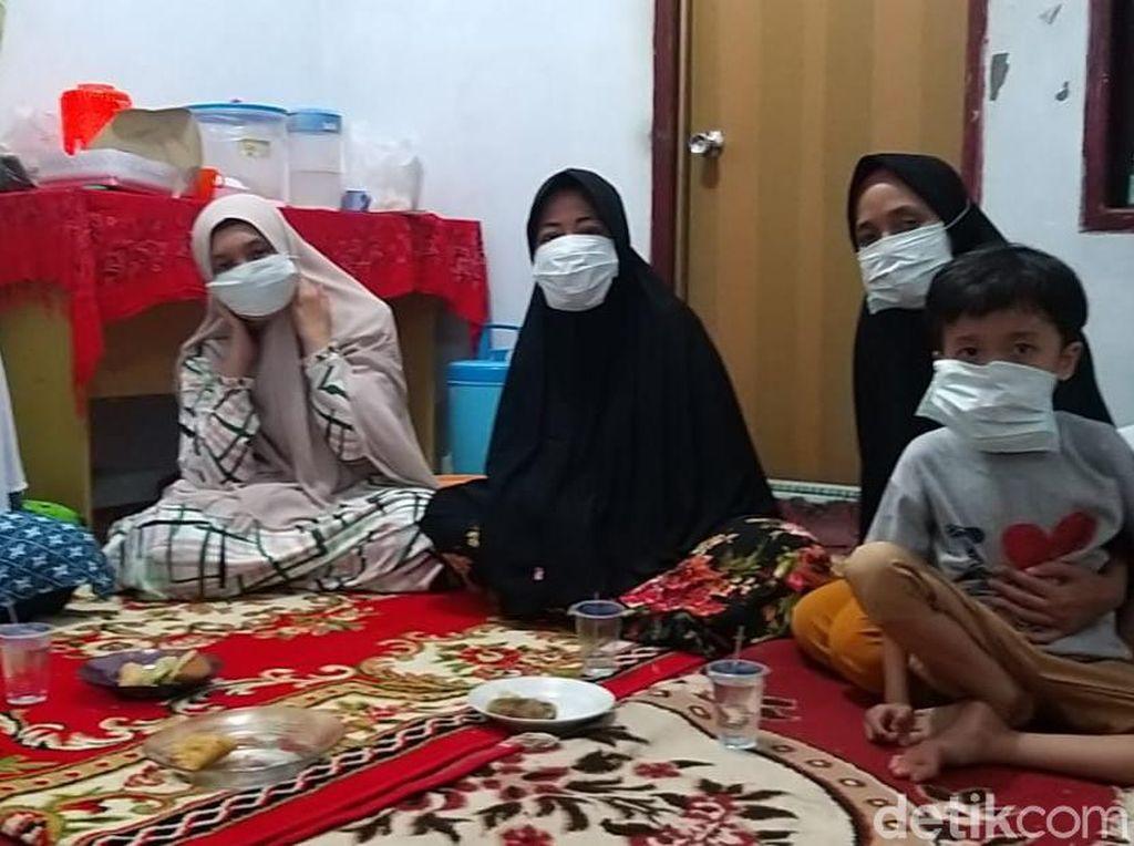 Asap Pekat, Warga Pekanbaru Gunakan Masker saat Takziah di Malam Hari