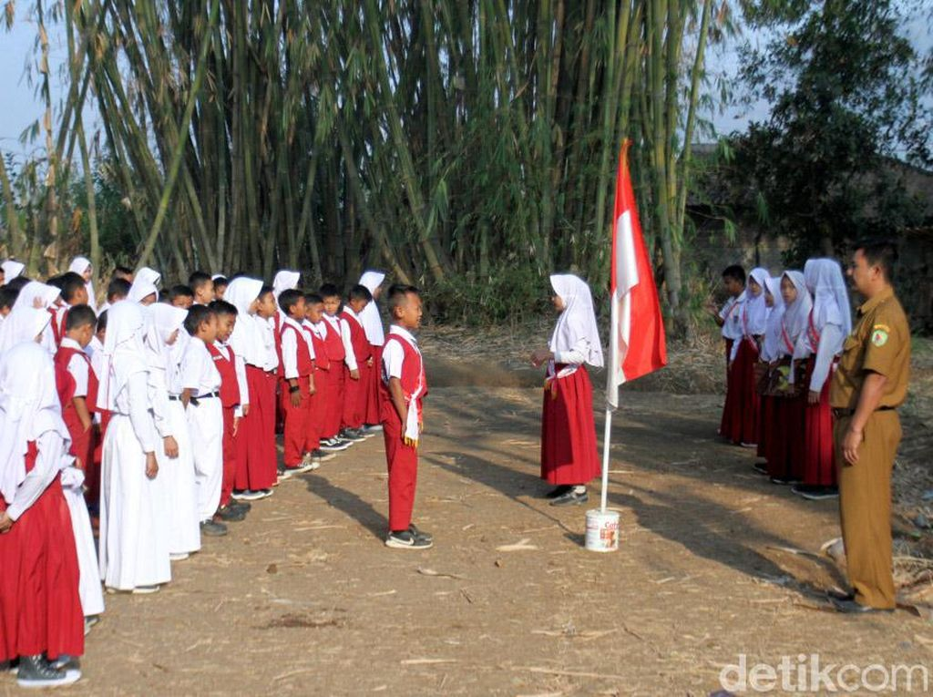 Respons Disdik Bandung soal Siswa Upacara Bendera di Kebun Bambu
