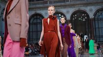 Fashion Show Victoria Beckham di London Diwarnai Aksi Unjuk Rasa