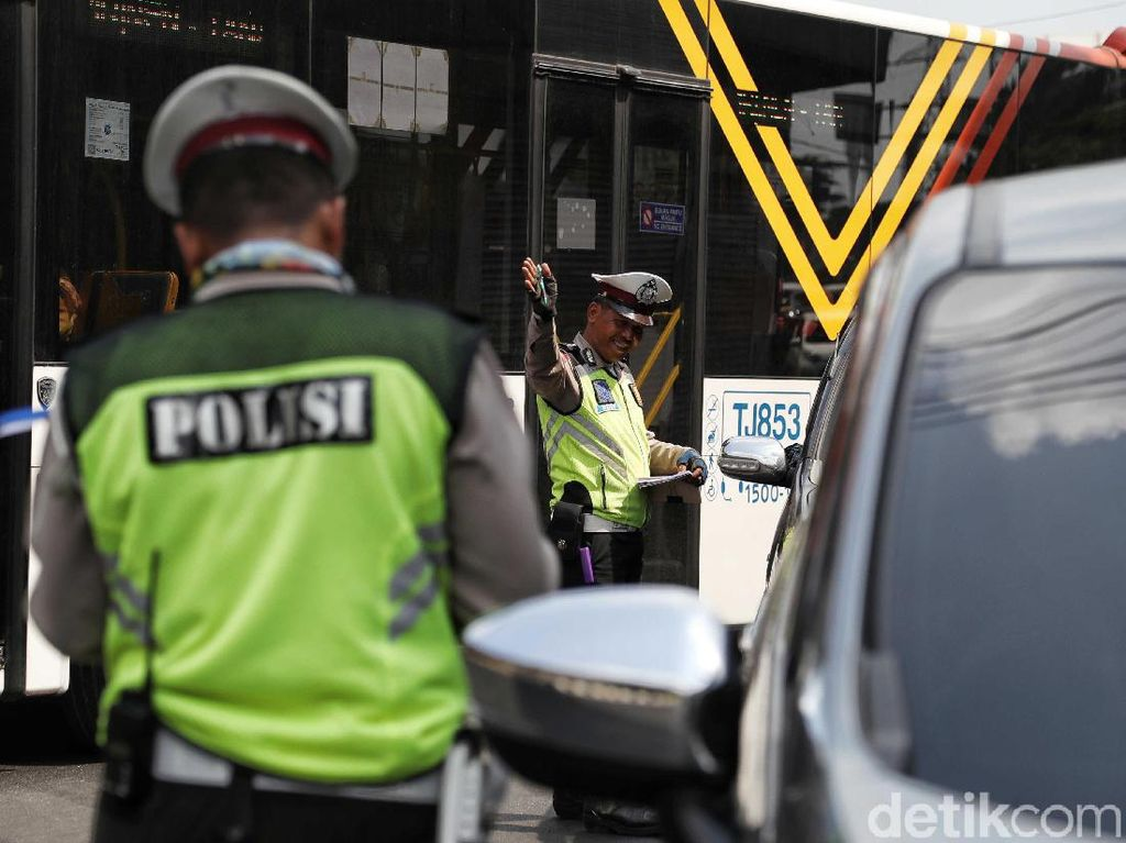 Viral Ditilang, Nyetir Mobil Sendiri Memang Perlu Pakai Masker?