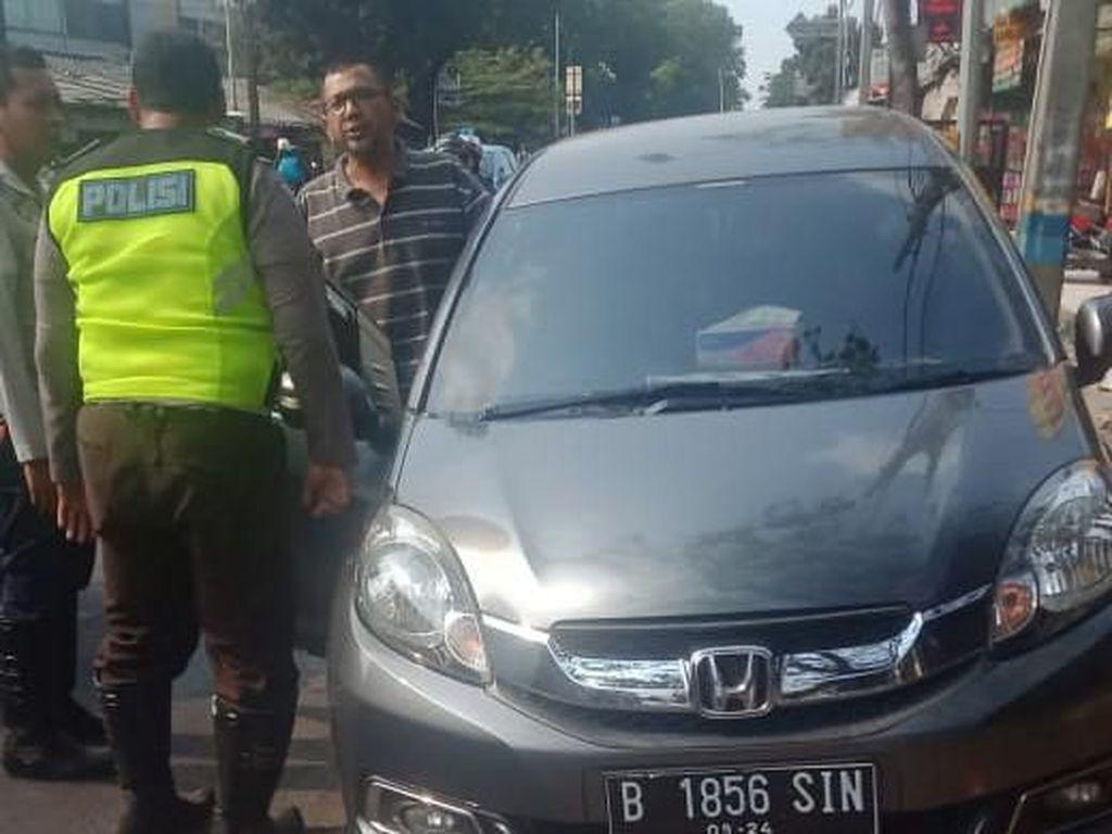 Sopir Mobil yang Ditemplok Polisi Dikenai Pasal Melawan Petugas dan Ditilang