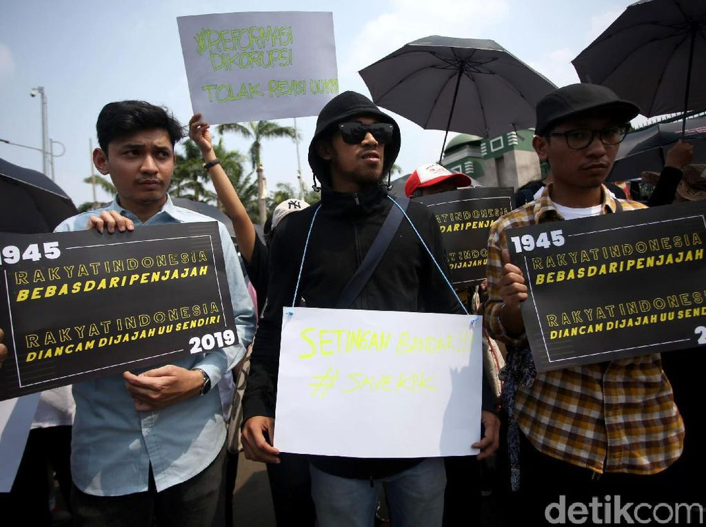 Massa Tolak Revisi UU KPK Gelar Aksi di Depan Gedung DPR