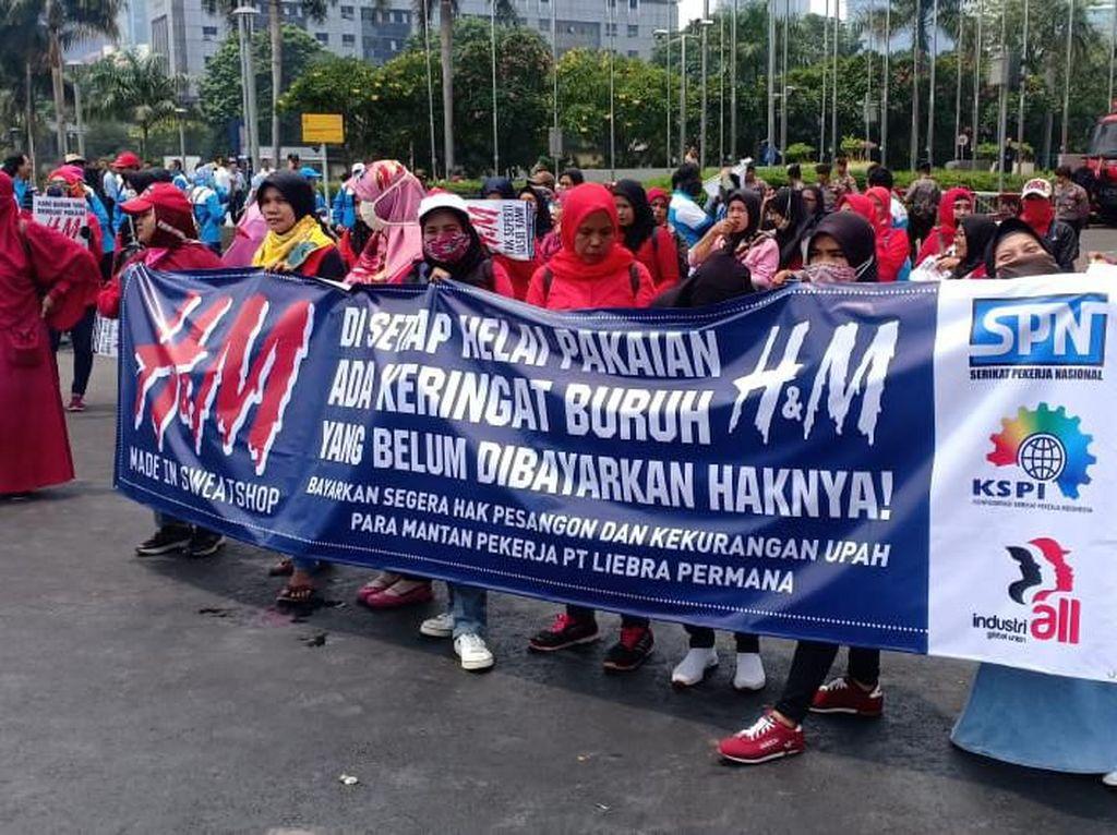 Demo Buruh di Dekat Gedung BEI, Lalu Lintas di Jalan Sudirman Padat