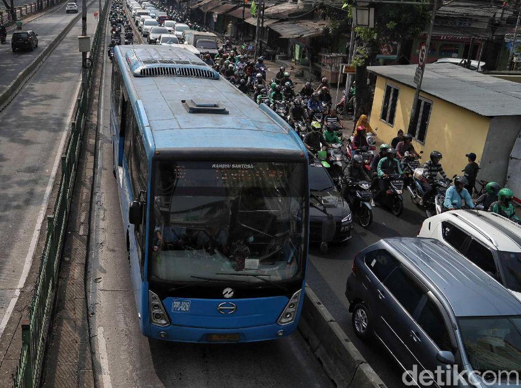 Jalan Depan DPR Ditutup, TransJ Alihkan Rute yang Lewat Halte Senayan
