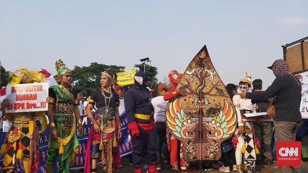 Sejumlah anggota massa Aliansi Mahasiswa dan Pemuda Peduli KPK mengaku tak tahu permasalahan yang didemokan.