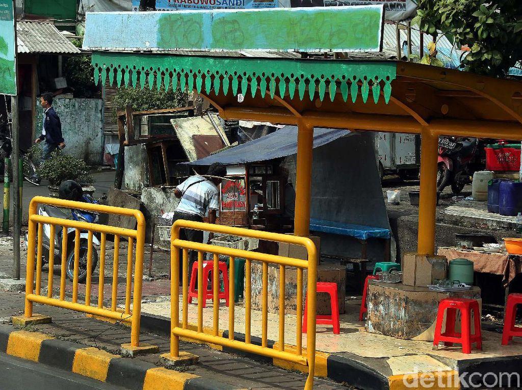 Parah! Halte Bus di Tanah Abang Jadi Warung Makan