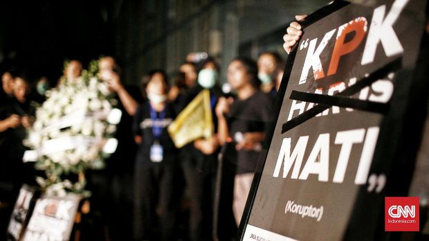 Puluhan pegawai KPK membawa bendera kuning keluar dari gedung Merah Putih sebagai simbol kematian pemberantasan korupsi dengan di sahkannya RUU KPK oleh Pemerintah dan DPR RI. Aksi simbolis pemakaman  dan menembak logo KPK dengan laser juga dilakukan oleh wadah pegawai KPK. CNN Indonesia/Andry Novelino