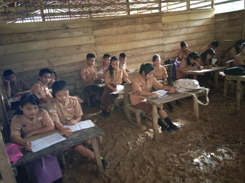 Potret Miris SMA N 3 Huruna yang Rusak dan Becek Mirip Kandang
