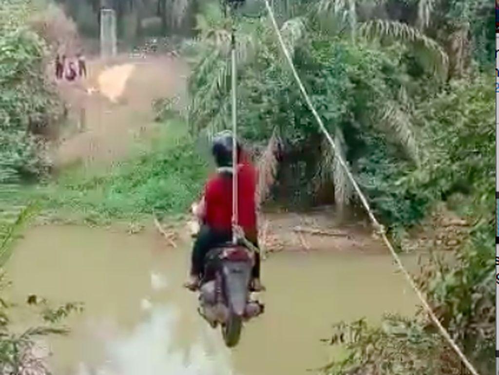 Heboh Cewek Pemotor Seberangi Kali Bak Flying Fox