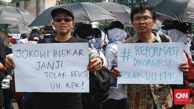 Aksi Koalisi Masyarakat Menyelamatkan KPK di depan gedung DPR, 17 September.