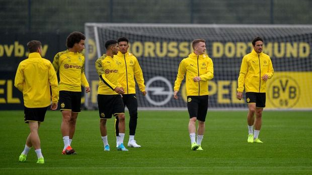 Dortmund's players take part in a training session on the eve of the UEFA Champions League Group F football match between Borussia Dortmund and Barcelona in Dortmund, western Germany, on September 16, 2019. (Photo by SASCHA SCHUERMANN / AFP)
