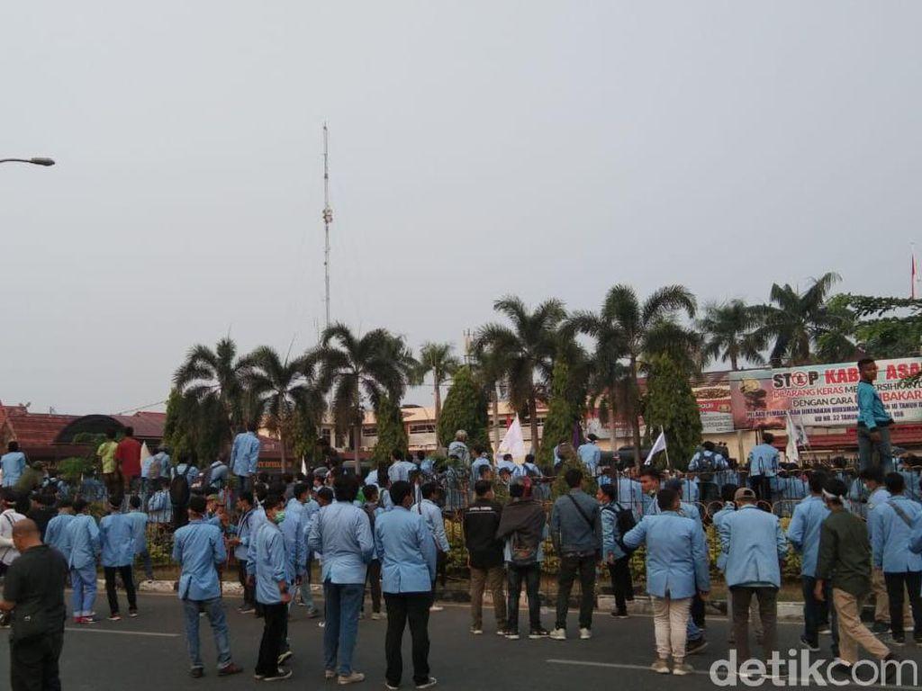 Aksi Demo soal Karhutla Berlangsung Ricuh di Mapolda Riau