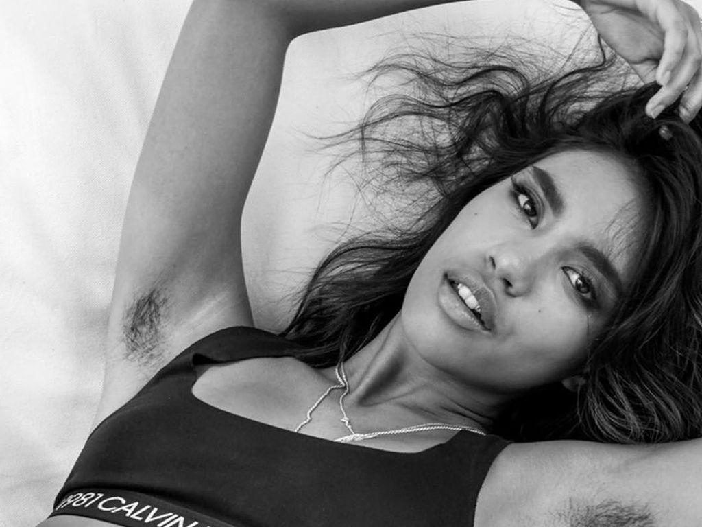 Foto: Aksi Model Jepang-Filipina Pamer Bulu Ketiak di Iklan Calvin Klein