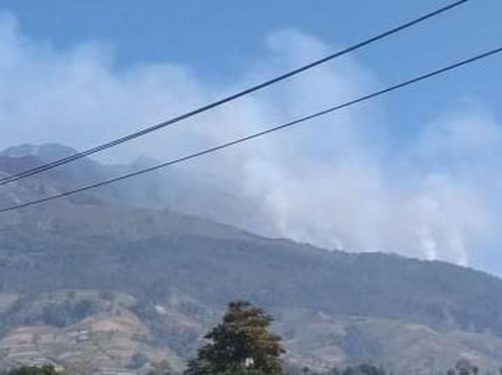Kebakaran Belum Padam, Kepulan Asap Masih Selimuti Merbabu