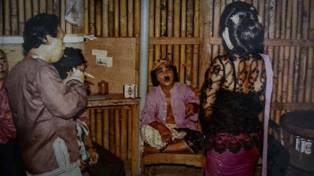 Penampilan Aneka Ria Srimulat Jakarta, terkadang mereka mengundang pelawak di luar Srimulat untuk ikut tampil.