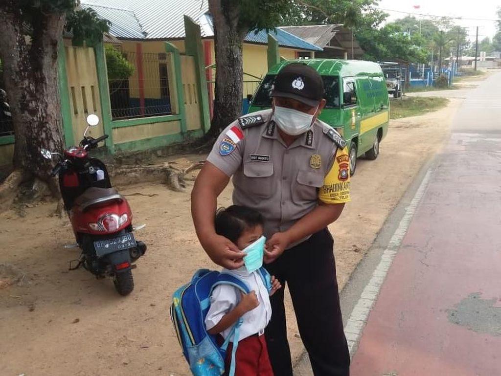 Asap Karhutla Mulai Kepung Kepri, Masker Dibagikan ke Warga
