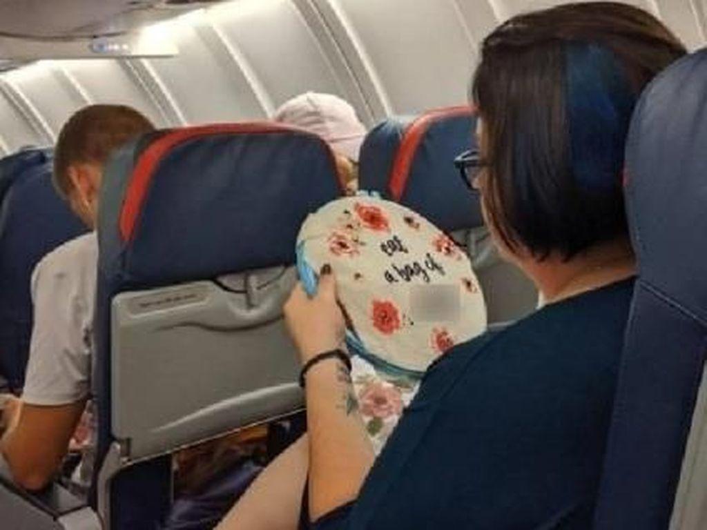 Viral di Facebook! Penumpang Pesawat Menyulam Pesan Jorok