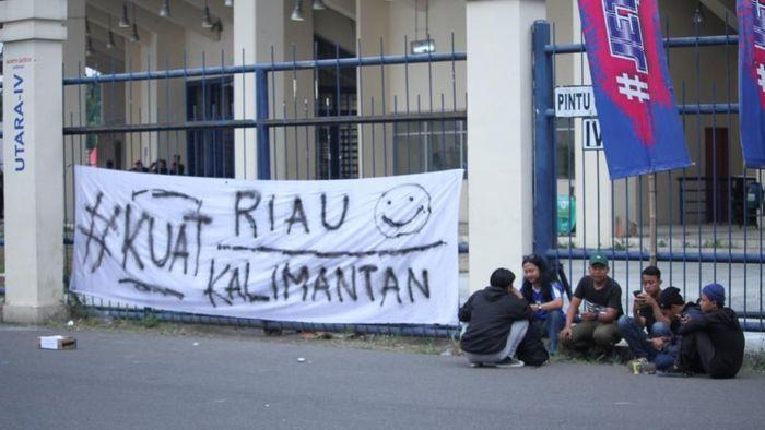 Spanduk solidaritas bagi korban karhutla di Riau dan Kalimantan. Foto: Wisma Putra