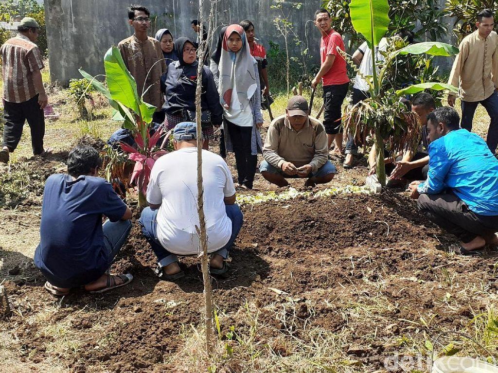 Warga Kota Malang yang Tewas Diduga karena Miras Oplosan Dimakamkan