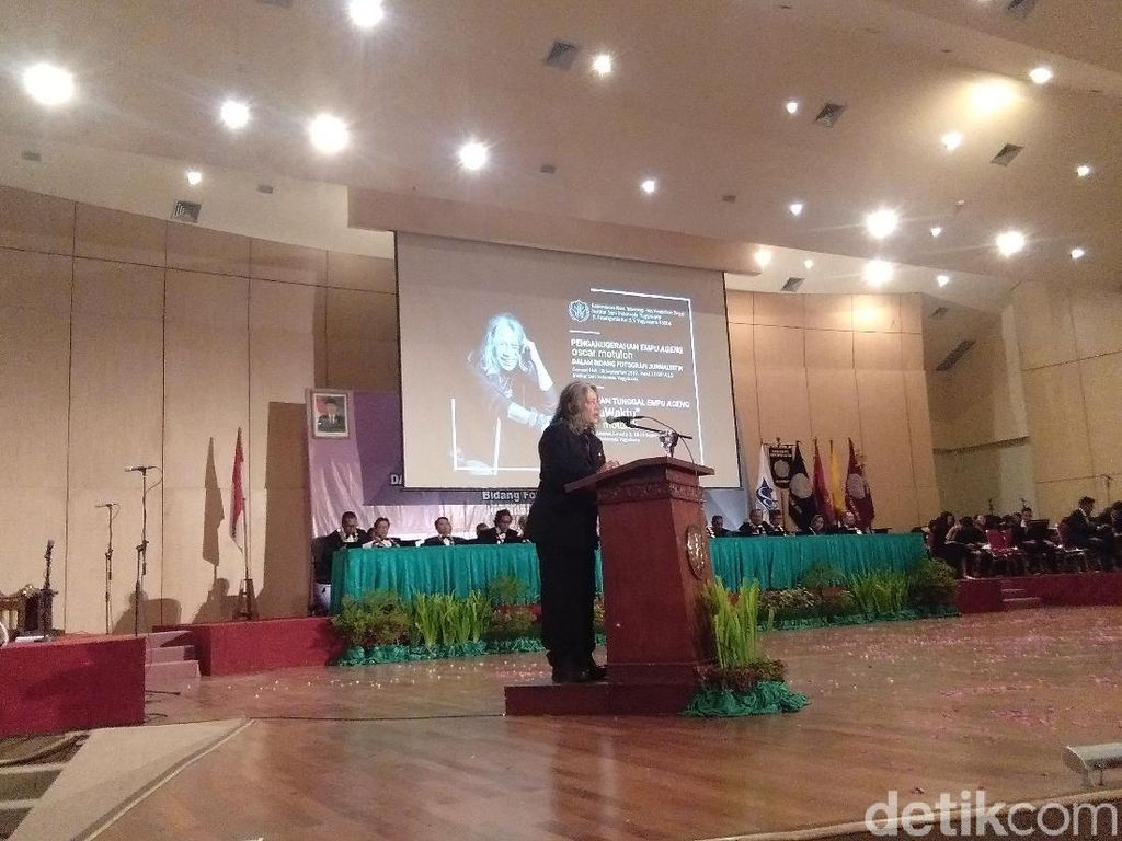 Oscar Motuloh Terima Anugerah Empu Ageng dari ISI Yogyakarta