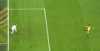 Ter Stegen melangkah maju dari gawangnya saat menghalau penalti Marco Reus